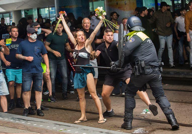 Een confrontatie tussen demonstranten en politie nabij station Den Haag Centraal. Beeld Arie Kievit