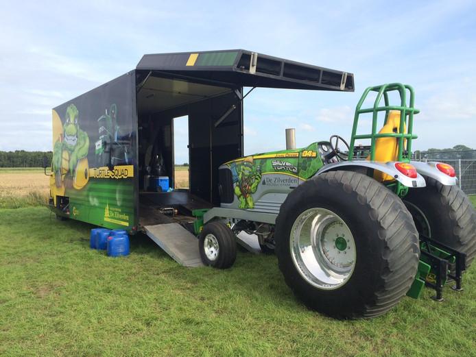 De Silver Turtle wordt vervoerd in een bijpassende vrachtwagen.