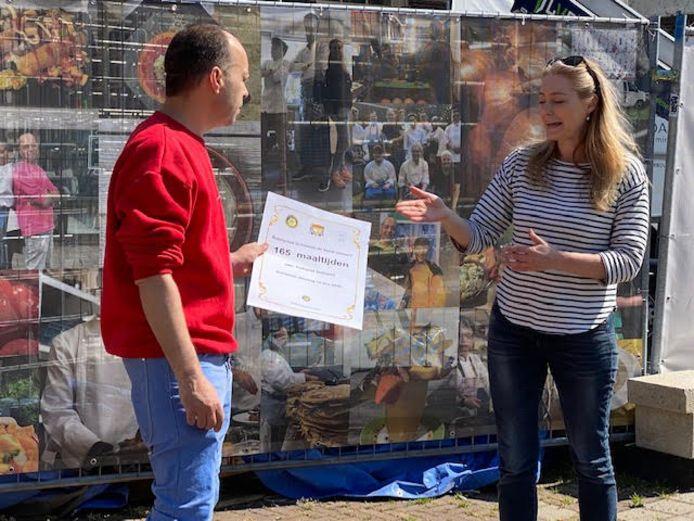 Rob Richters, een van de oprichters van Hotspot Hutspot, ontvangt een cheque van Rotary Schiedam de Veste.