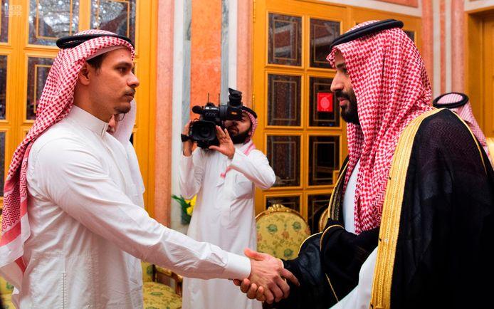 Kroonprins Mohammed bin Salman schudt een dikke maand na de moord de hand van Salah Khashoggi, de zoon van de vermoorde journalist.