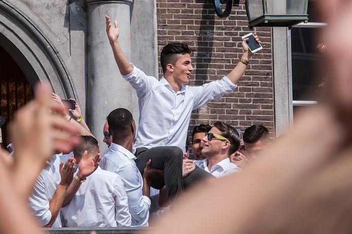 Manu García viert in mei 2017 de promotie van NAC op de Grote Markt in Breda.