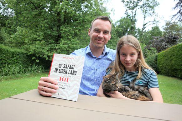 Martijn Wauters, op de foto met dochter Noa en de kat des huizes, bracht met 'Op safari in eigen land' een leuk doeboek uit.
