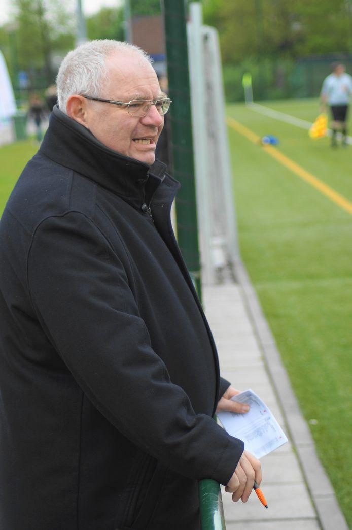 Klaas van Baalen in een karakteristieke pose, altijd op zoek naar talent voor PSV.