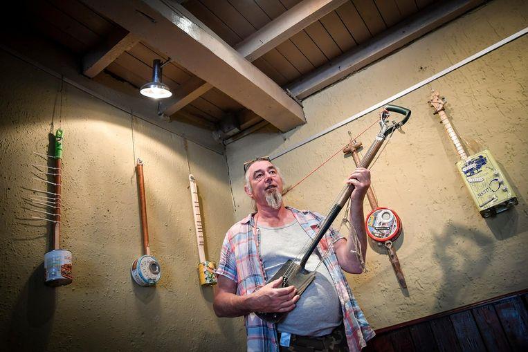 Joost Van Der Veer met zijn gitaar gemaakt van een spade.