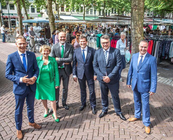 De zes wethouders van Zwolle tijdens hun presentatie in 2018.