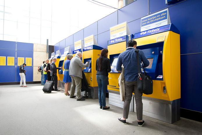 Reizigers bij kaartautomaten op Utrecht CS.