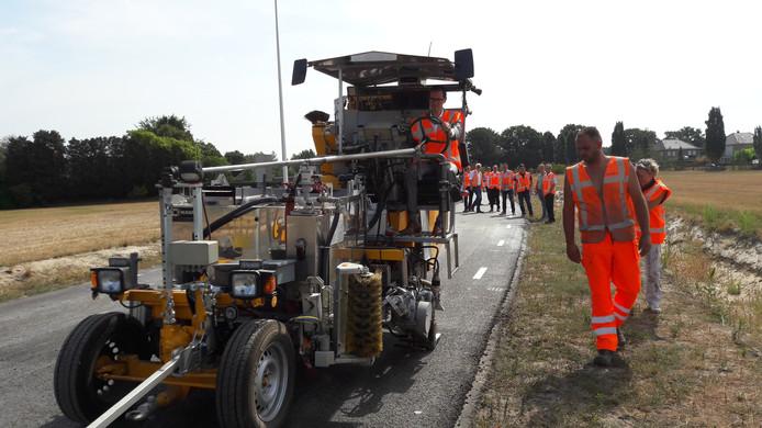 Wethouder Martien de Bruijn vorig jaar bij de opening van de Vosdonkseweg in Rucphen.