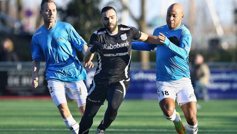 GVVV-speler Laghmouchi in duel met Alje Wiltenburg (l) en Tony Tol. Beide spelers van De Dijk willen vertrekken, maar hebben nog geen nieuwe club Beeld Jeroen Schreur/Pro Shots