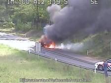 Afrit Oosterbeek van A12 afgesloten vanwege autobrand