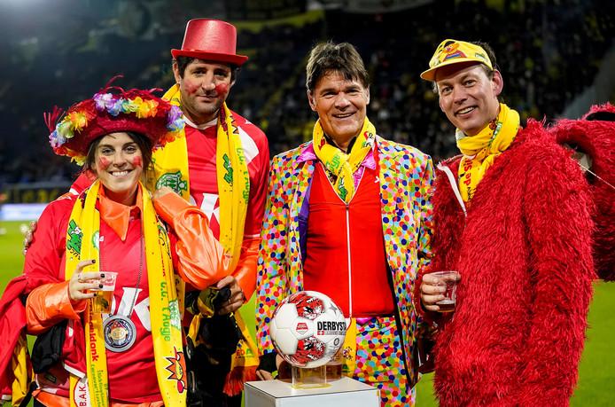Omdat het nu eenmaal carnaval is, hijst de wethouder sport (Daan Quaars) zich voor aanvang van NAC - Almere City in een rood Elmo-pak. Burgemeester Paul Depla kiest voor een confetti-jas met een duizelingwekkend aantal gekleurde bolletjes.