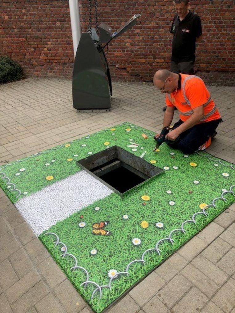 Het kunstgras werd aangebracht aan de ondergrondse containers in de Vlasdam.