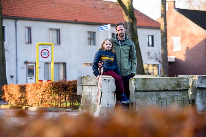 Tijs Rooijackers en zoon Manus zijn blij dat het sluipverkeer uit de Burgemeester Uijenstraat wordt geweerd.