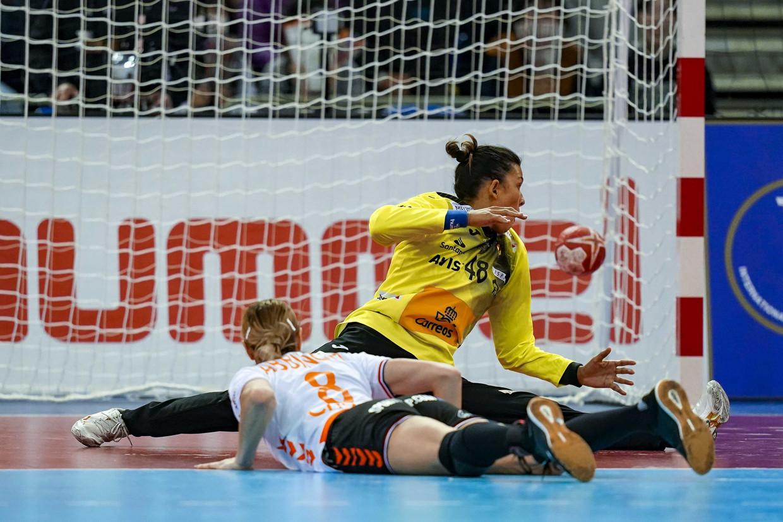 Lois Abbingh scoort de winnende goal vanaf de penaltystreep in de WK-finale tegen Spanje.