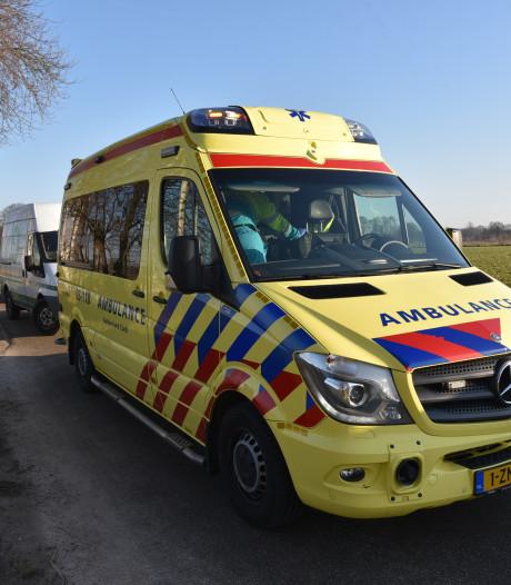 Brandweer haalt onwel geworden fietser uit sloot in Groesbeek