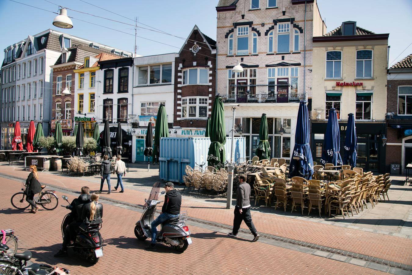 Lege terrassen bij de zaken van Khalid Oubaha in de Nijmeegse Molenstraat.