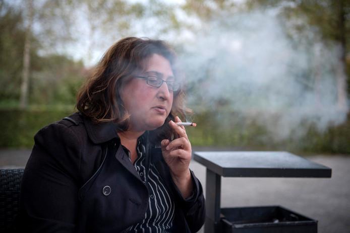 Verslaggever Janske Mollen rookt haar laatste sigaret. Ze doet mee met Stoptober in het Vechtdal. Maandagavond volgde ze de cursus 'Ik Stop Ermee' in Ommen.