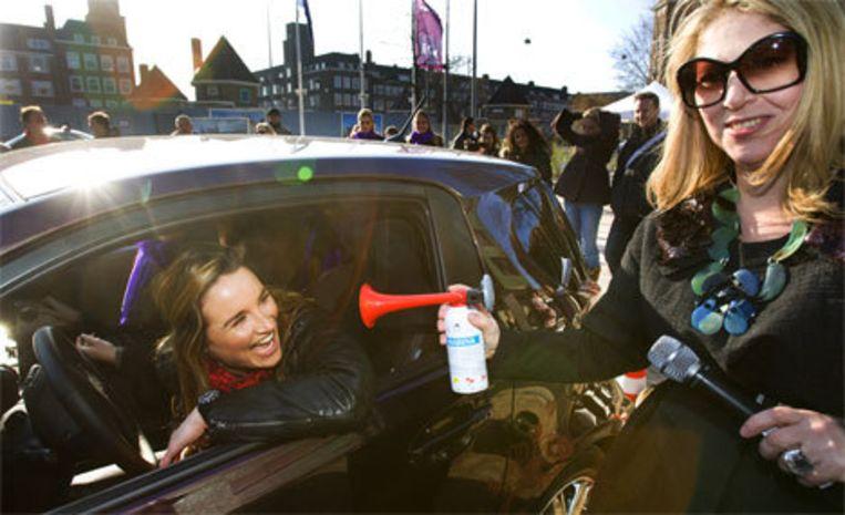 GTST actrice Lieke van Lexmond (in auto) tijdens het Nederlands Kampioen Straatje Keren. Foto ANP/Robin Utrecht Beeld