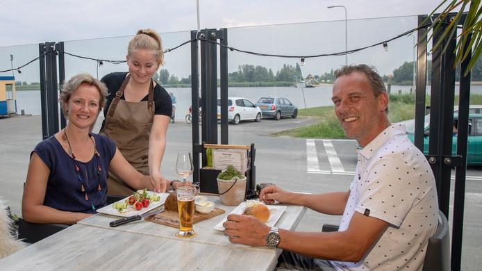 Pascal van Wijngaarden (45) is jarig vandaag. Samen met zijn vrouw Evelien van Lent zijn zij neergestreken op het terras van Aan de Dijck in Bergambacht.