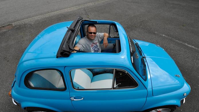 Frank van Raaij in zijn Fiat 500, die hij helemaal naar zijn eigen wensen heeft gebouwd