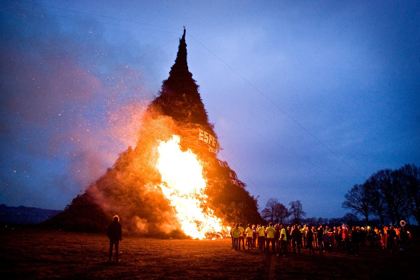 Het paasvuur in 2012 in Espelo. Nog altijd de hoogste ooit ter wereld. De stapel was 45,98 meter hoog.