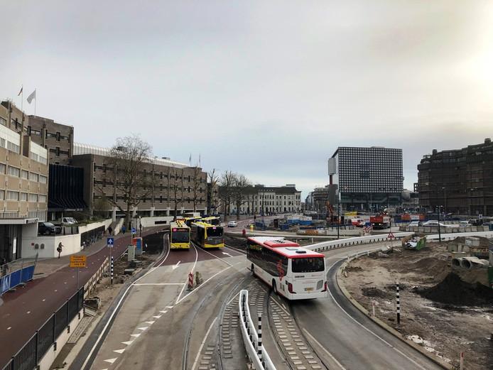 Links op de foto is de vernieuwde busbaan te zien op het Smakkelaarsveld. Voorheen reden de bussen rechtsom.