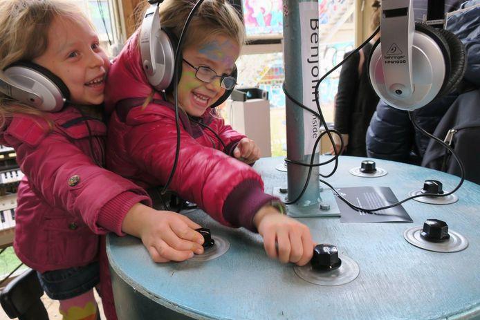 Bezoekers van de Bizarre Sound Creatures Expositie van Sound Lab