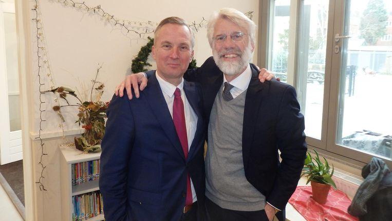 Wethouder Eric van der Burg (l) met hoogleraar neuropsychologie én oud-leerling Erik Scherder. Scherder heeft een griepje zegt ie, maar zong uit volle borst mee Beeld Schuim