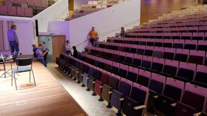Studenten van de TU/e doen onderzoek naar maatregelen in kader van 1,5 metersamenleving, hier in de kleine zaal.