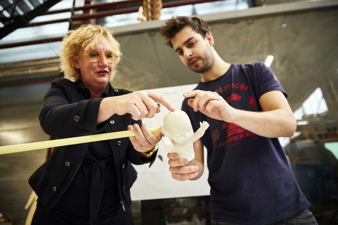 Ontwerpster Edith Gruson en architect Wessel van Beerendonk met een model van de Nieuwe Rotterdammer.