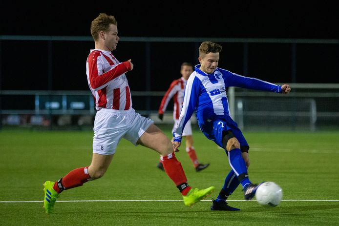 Het eerste zondagteam van Beuningse Boys (rood-wit gestreept shirt), vorig seizoen, tegen Blauw Wit. De club uit Beuningen krijgt komend seizoen ook een hoofdmacht op de zaterdagmiddag.