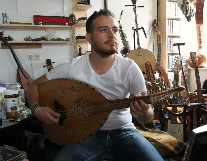 Statushouder Basel Nasser (23) in de Middelburgse muziekwinkel Christie - N Music.