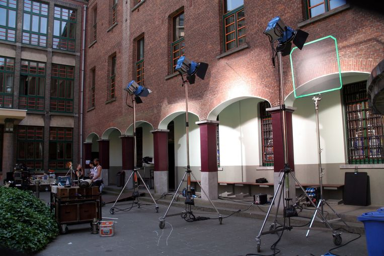 Stilte voor opname: de filmcrew blikt in de refter van de school een gevangenisscène in.