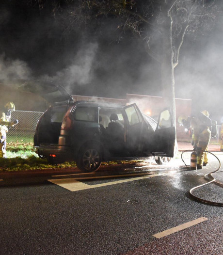 Auto vliegt in brand, chauffeur kan op tijd ontkomen
