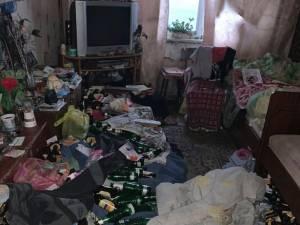 Une enfant de 2 ans retrouvée affamée dans un tas d'ordures et de bouteilles vides, ses parents arrêtés complètement ivres