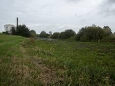 Zijtak IJssel staat droog: gebouw oude stoomwasserij bij Zutphen begint te scheuren