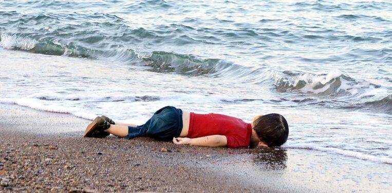 Het lichaampje van de driejarige Alan Kurdi op het strand in Bodrum, Turkije. Hij verdronk nadat de vluchtelingenboot die zijn familie naar Europa moest brengen, zonk.