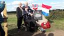 Poseren voor de foto's van de bezoekers van het monument voor David Lord in Wolfheze. Ron Johnson met links Lucinda Lord en rechts Frans Ammerlaan van de Market Garden Foundation.