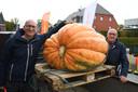 Marc Van Dievel en zijn vader Leon kweekten met 300 kilogram de zwaarste pompoen.