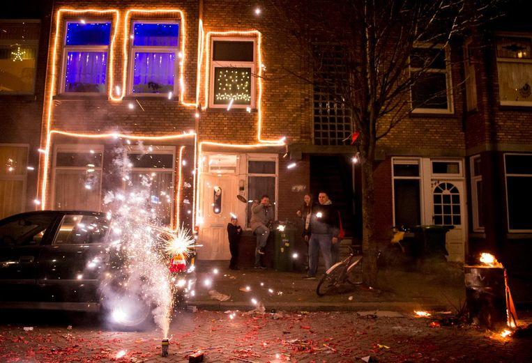 Mensen steken vuurwerk af tijdens oudejaarsavond in het Haagse Laakkwartier tijdens oudejaarsavond. Beeld anp