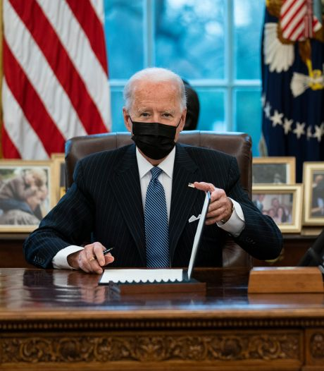 Biden zet Trumps Cola Light-knop weer op bureau in Oval Office