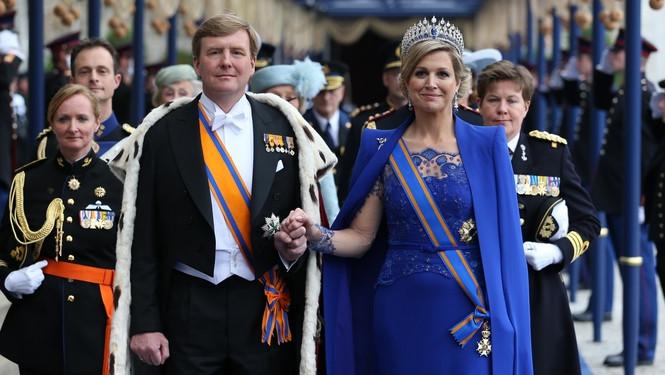Koning Willem-Alexander en koningin Maxima verlaten De Nieuwe Kerk na de inhuldiging.