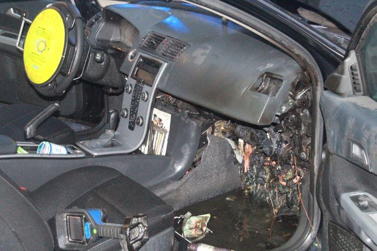 Het vuur woedde vooral onder het dashboard.