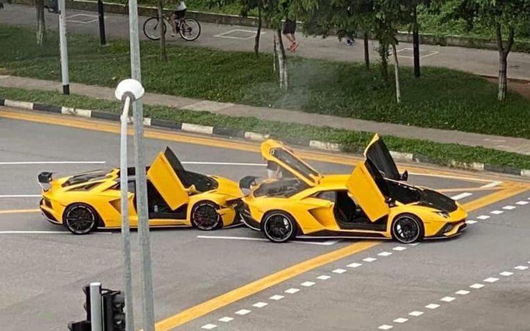 Twee gele Lamborghini's van het type Aventador S knalden op elkaar in Singapore.