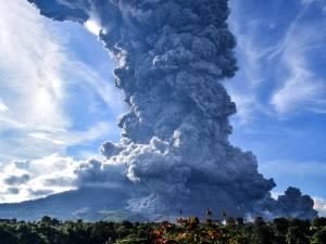 Le volcan indonésien Sinabung crache un énorme nuage de cendres