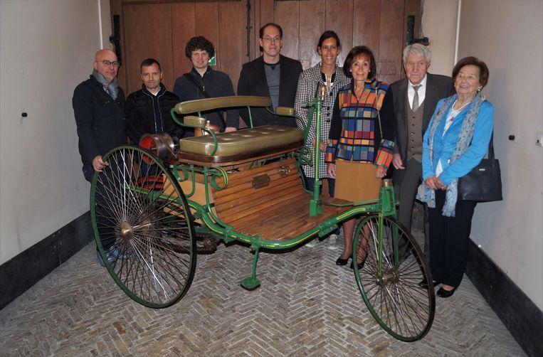 Marcel Dewanckel, zijn familie en de leerkrachten van het VTI van Tielt bij de Mercedes-Benz replica