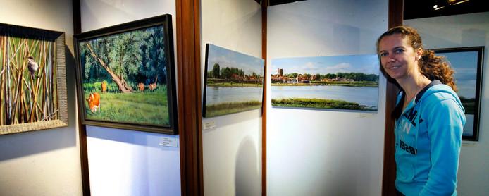 Kim Renders bij haar werken, die momenteel te bezichtigen zijn in het Visserijmuseum in Woudrichem.