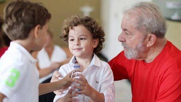 Oud-president Lula van Brazilië met zijn vrijdag overleden kleinzoon Arthur (midden).