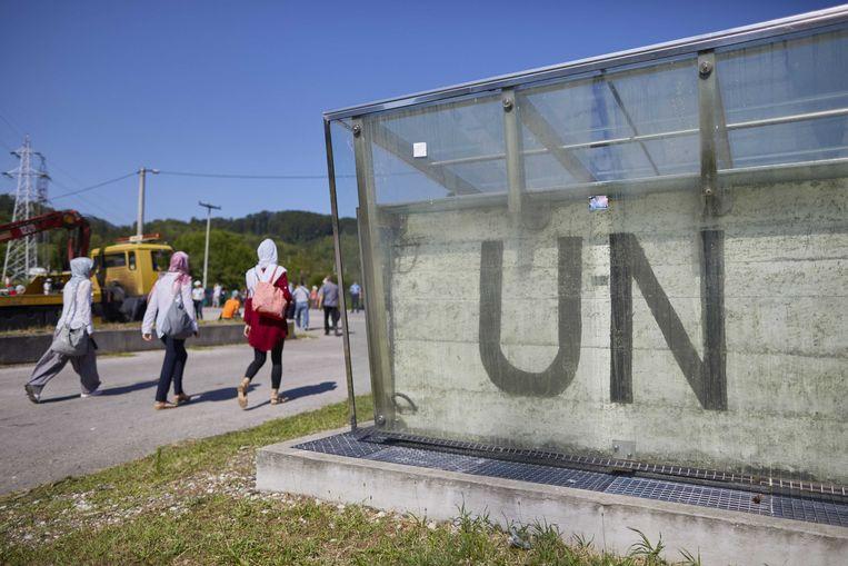 De voormalig VN Dutchbat basis in Potocari, tijdens de ceremoniele begrafenis van de stoffelijke resten van 71 geidentificeerde slachtoffers van de genocide van Srebrenica. Beeld ANP