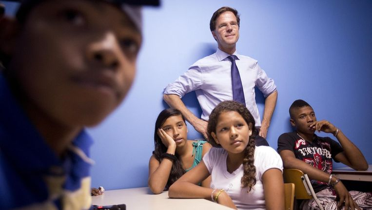 Minister-president Mark Rutte afgelopen zomer tijdens zijn bezoek aan 'Jong Bonaire', een opvangplek van jongeren voor naschoolse opvang en educatie. Beeld anp