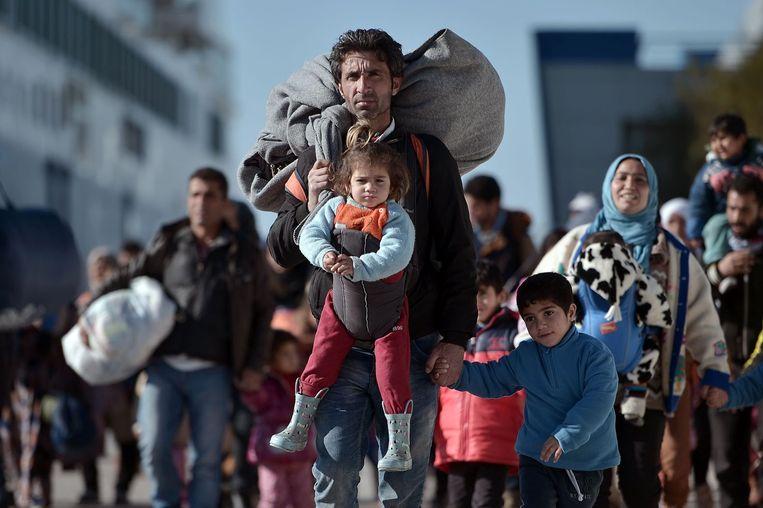 Ook gisteren kwamen weer duizenden mensen aan in de Griekse havenplaats Piraeus, na eerder gearriveerd te zijn op eilanden als Lesbos en Chios. Beeld afp